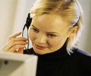 Puzzle de Trabajadora de telemarketing frente al ordenador con los cascos y el micrófono