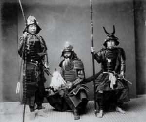 Puzzle de Tres auténticos guerreros samuráis, con la armadura, el casco kabuto y armados