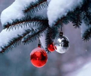 Puzzle de Tres bolas de Navidad colgando del árbol