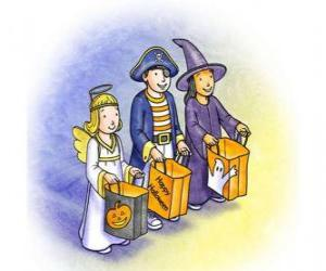Puzzle de Tres niños disfrazados para el truco o trato - Un fantasma, una bruja y un demonio con las bolsas