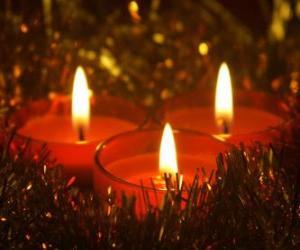 Puzzle de Tres velas de Navidad con la mecha ardiendo