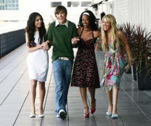 Puzzle de Troy Bolton (Zac Efron) junto a sus amigas Gabriella Montez (Vanessa Hudgens), Taylor (Monique Coleman) y  Sharpay Evans (Ashley Tisdale)