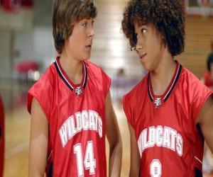 Puzzle de Troy Bolton (Zac Efron) y Chad (Corbin Bleu), con la camiseta Wildcats