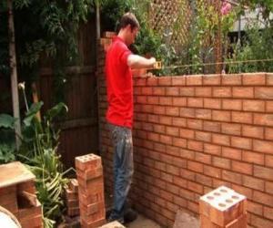 Puzzle de Un albañil o peón levantando una pared