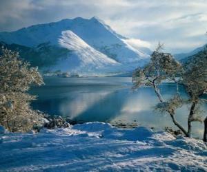 Puzzle de Un lago con el paisaje nevado