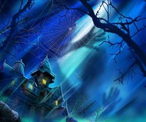 Puzzle de una casa encantada durante la noche de Halloween