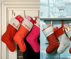Puzzle de varios calcetines de Navidad colgados y llenos de regalos