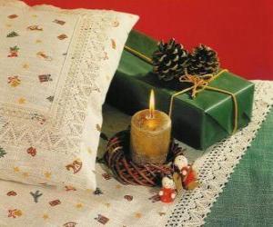 Puzzle de Vela de Navidad encendida junto con otros adornos navideños