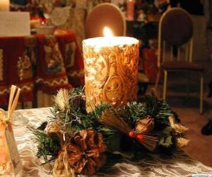 Puzzle de Vela encendida como centro de mesa adornada con ramitas de acebo y de abeto