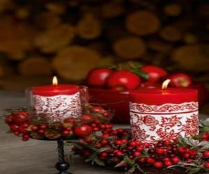 Puzzle de Velas  navideñas encendidas y decoradas con frutos rojos