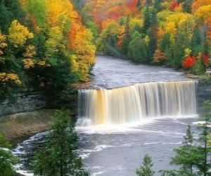 Puzzle de Vista de un río que llega a una cascada