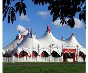 Puzzle de Vista del exterior de las carpas de un circo preparado para la función o espectáculo
