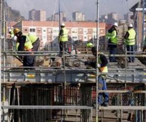 Puzzle de Vista general de una casa en construcción con diferentes operarios trabajando