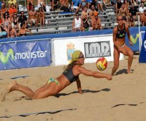 Puzzle de Vóley playa - Jugadora salvando un balón ante la mirada de su compañera